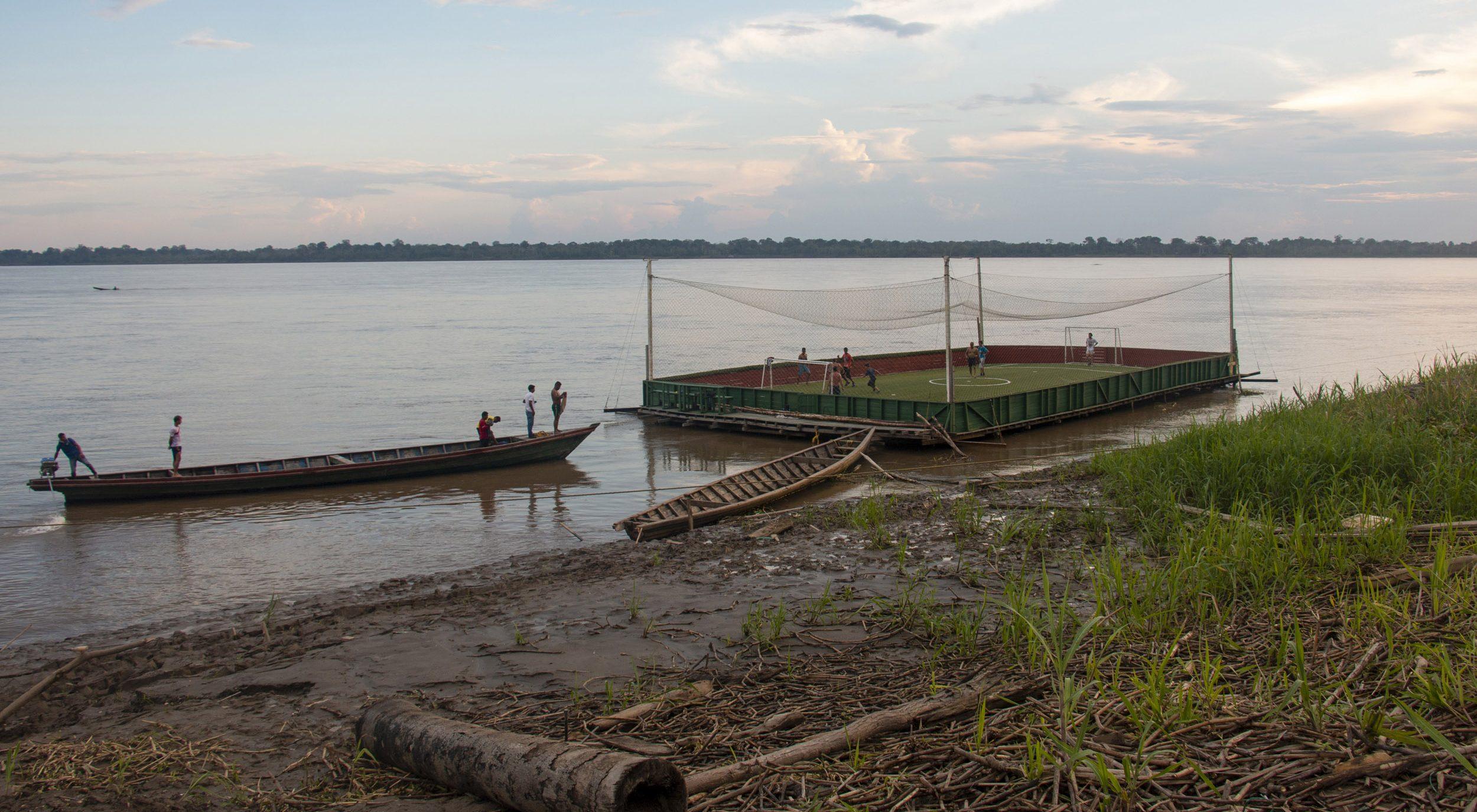 Cancha de fútbol sobre el río Amazonas.