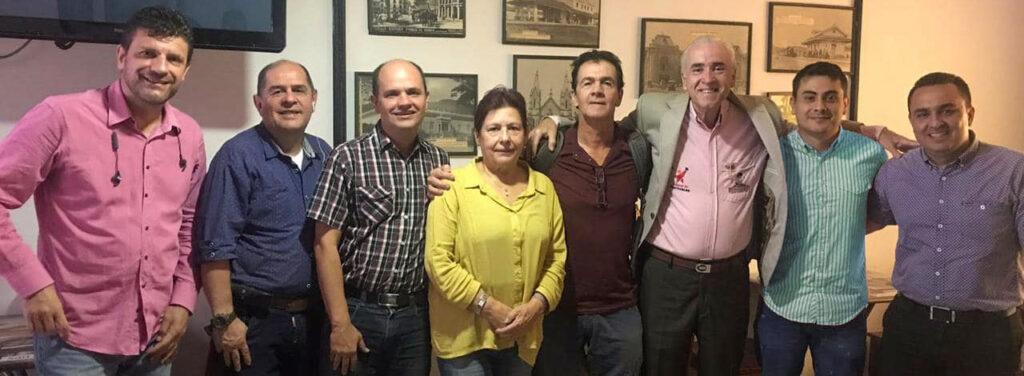 En compañía de los periodistas y socios Acord Antioquia Jhon Jaime Osorio, Carlos Giraldo, Esperanza Palacios, Donaldo Zuluaga, Carlos Iván Hernández y Fredy Pulgarín (de izquierda a derecha).